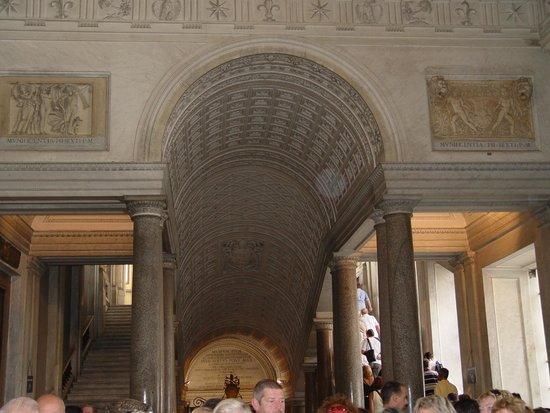 Vatican Treasury: Muitas pessoas circulando