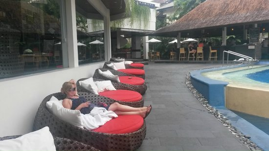 The Breezes Bali Resort & Spa: Relaxing pool chairs