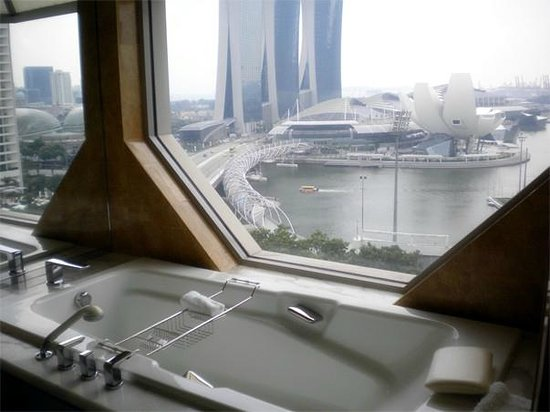 The Ritz-Carlton, Millenia Singapore: Bathroom view