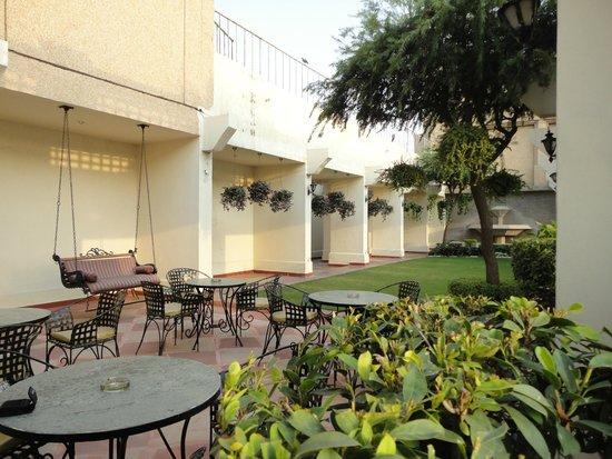 Eros Hotel: Executive Lounge garden
