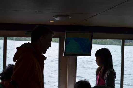Loch Ness : Dentro del barco se ven monitores de sonar, se da una explicación en inglés de ellos y hay cafet