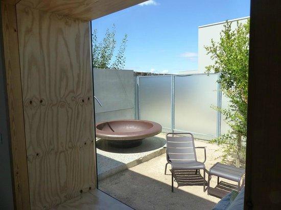 Hotel Aire de Bardenas: Vue de la baignoire extérieure et du patio