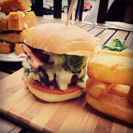 Farndon Boathouse : Burger with the jenga chips! Delicious!
