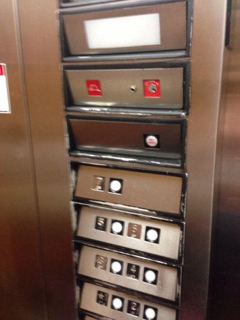 Hyatt Place Orlando Universal: 1980s elevator not so much remodelling here
