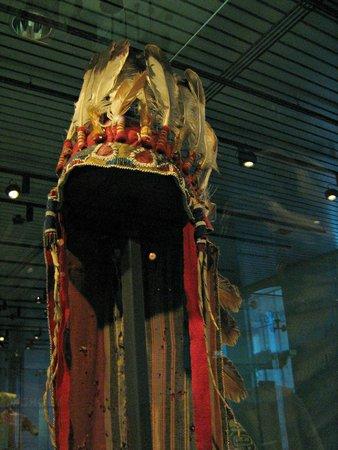 Museum Volkenkunde: Hoofdtooi Inuit Indianen