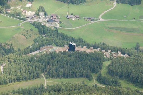 Gradonna Mountain Resort Chalets & Hotel: Das Hotel von der Blauspitze (2757m)