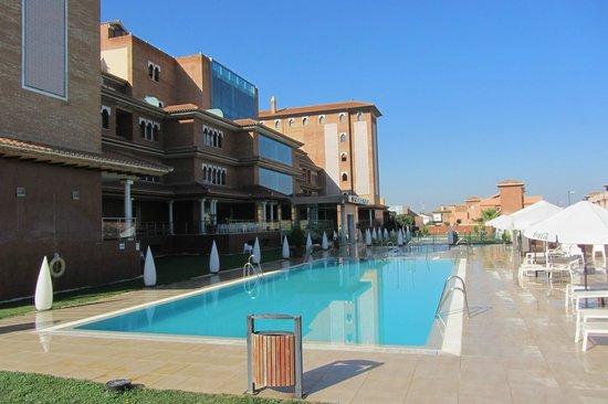 Hotel Granada Palace: Granada Palace facade and main pool