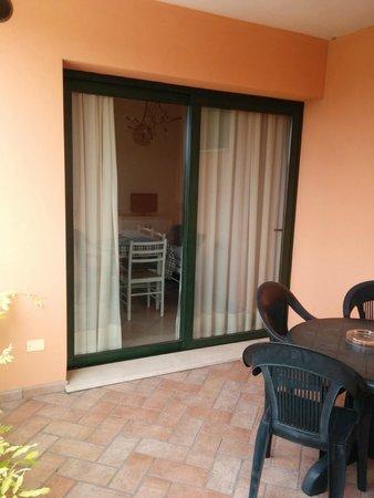 Bertoletta Village: La terrazza con tavolino