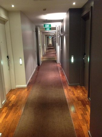 Hilton Auckland: Long hallways