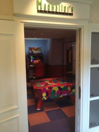 Disneyland Hotel : game room
