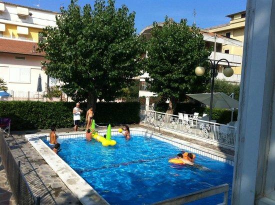 Hotel Clitunno : La piscina