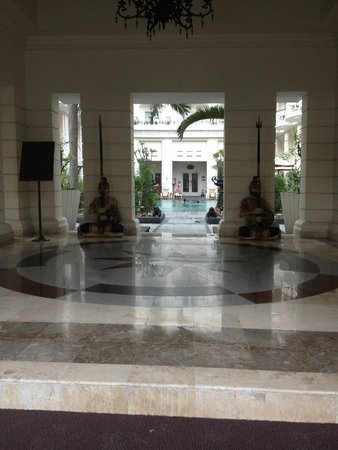 The Phoenix Hotel Yogyakarta - MGallery Collection: vers la piscine