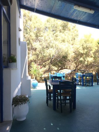 Taverna Kastraki Paradise: tavoli sotto la veranda