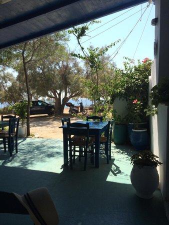 Taverna Kastraki Paradise: tavoli verso la spiaggia