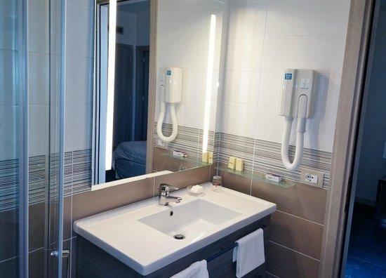 Club Alicudi Hotel : salle d'eau