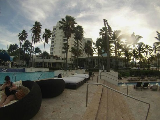 Caribe Hilton San Juan: view of the hotel from the pool