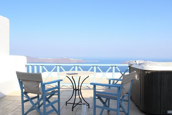 Absolute Bliss Imerovigli Suites: Balcony view fromm room with jacuzzi.