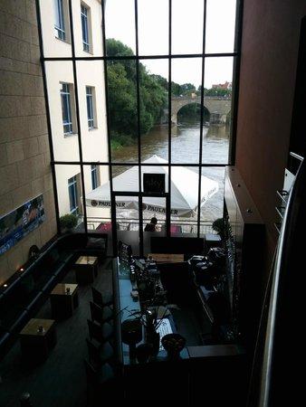 Sorat Insel-Hotel Regensburg: Blick aus  der Bar blue lagoon