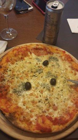 Restaurant La Poma: Pizza ai 4 formaggi