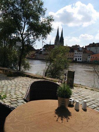 Sorat Insel-Hotel Regensburg: Blick von der Terasse auf den Dom