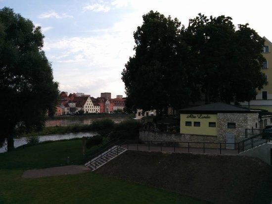 Sorat Insel-Hotel Regensburg: Benachbarter Biergarten Linde