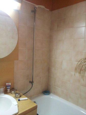 Hotel Du Commerce : Une douche sans rideau avec l'eau qui gucle sur le nèon !!!