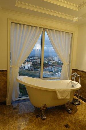Eldora Hotel: Tub by window