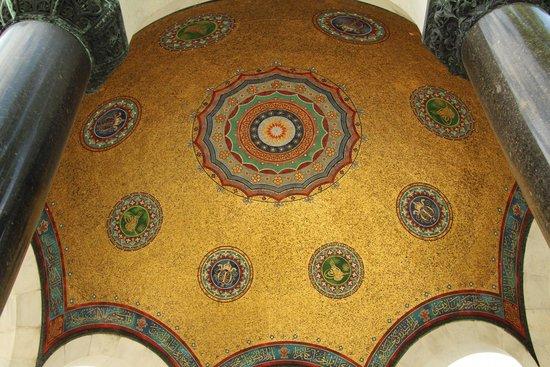 Deutscher Brunnen / Kaiser-Wilhelm-Brunnen: Узоры под куполом фонтана