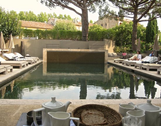 Hotel des Lices : Breakfast by the pool.
