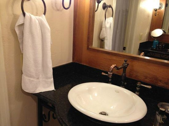 FireSky Resort & Spa: Bathroom with care on details