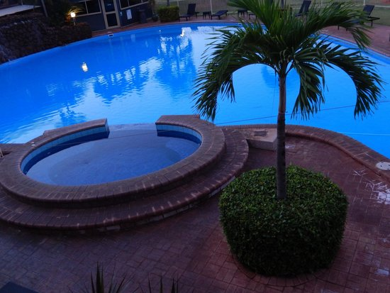 Moonlight Bay Suites: Pool and spa