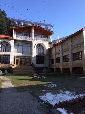 Shingar Regency: Lawn inside the hotel