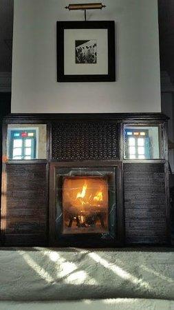 L'Heure Bleue Palais: Feu de cheminée en soirée - suite