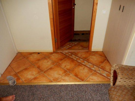 Hotel Liene: Floor/wall/door