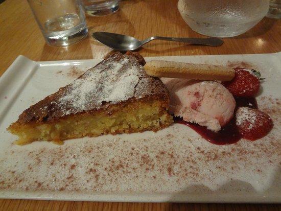 Il Piatto Italian restaurant: Almond slice with Strawberry ice cream