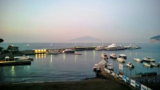 Marina Piccola 73: Veduta del Vesuvio dal terrazzino ...