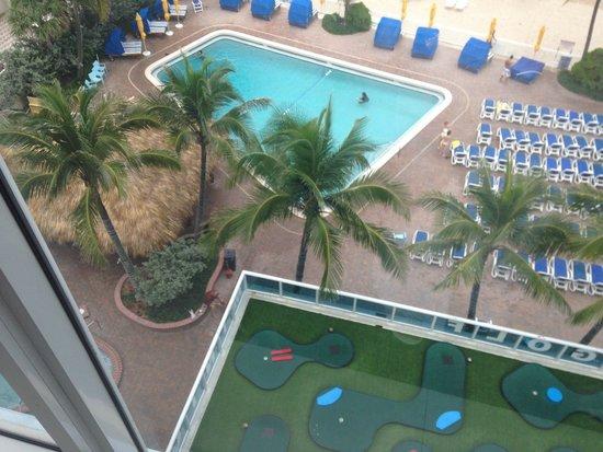 Ocean Sky Hotel & Resort: Pool view from beach elevator