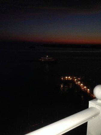 Sanibel Harbour Marriott Resort & Spa: Marriott Yacht coming back from dinner cruise