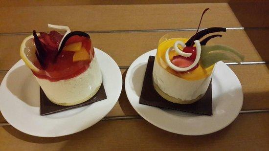 Novotel Bandung: Cake from 1st floor next to lobby
