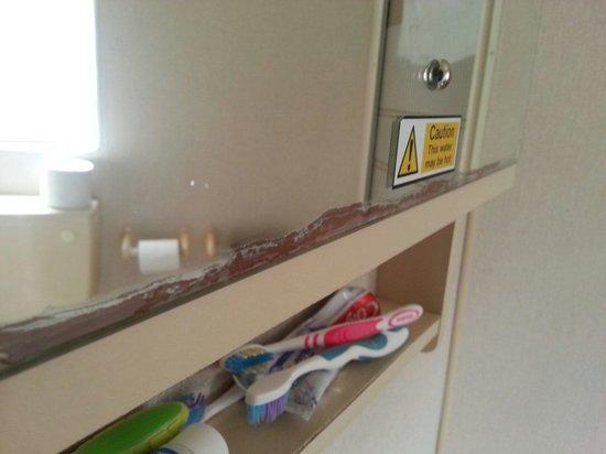 Chy Carne Holiday Park: Corroded mirror in caravan 23 bathroom