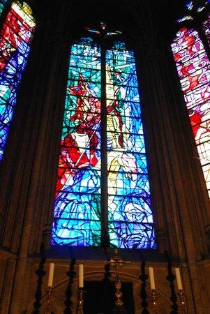 Cathédrale Saint-Étienne : de gauche à droite, la 3° baie (la crucifixion) de Jacques Villon