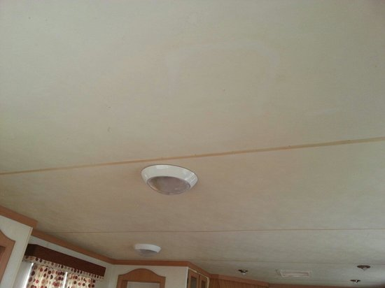 Chy Carne Holiday Park: Nicotine stained ceiling in caravan 23