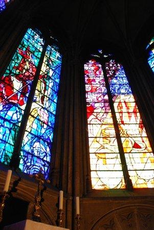 Cathédrale Saint-Étienne : de gauche à droite, 3° baie (la crucifixion) et 4 ° baie (les noces de Cana) de Jacques Villon
