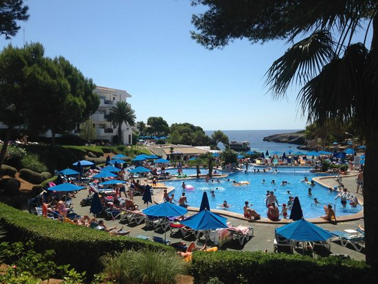 Inturotel Esmeralda Park: View of pool area and the Med in the background