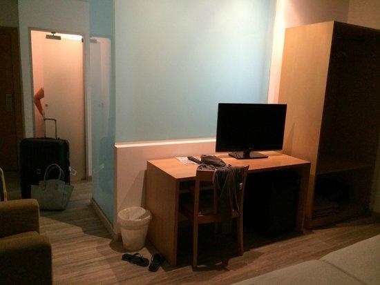 Florencio Hostal : Room/Bathroom area
