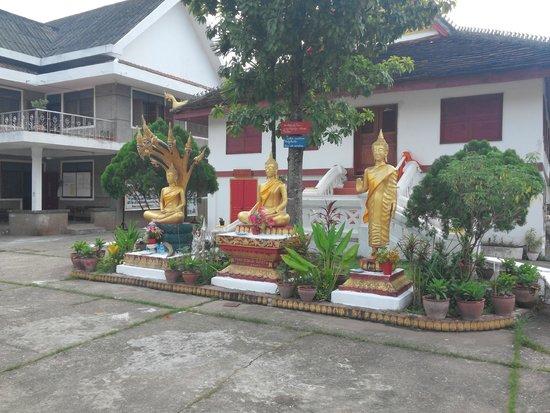 Wat Mai Suwannaphumaham: status of Buddha
