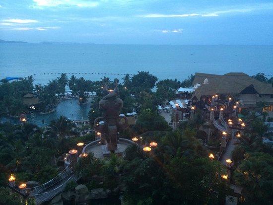 Centara Grand Mirage Beach Resort Pattaya: lamps lit at sunset