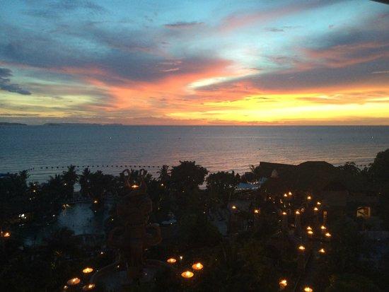 Centara Grand Mirage Beach Resort Pattaya: sunset