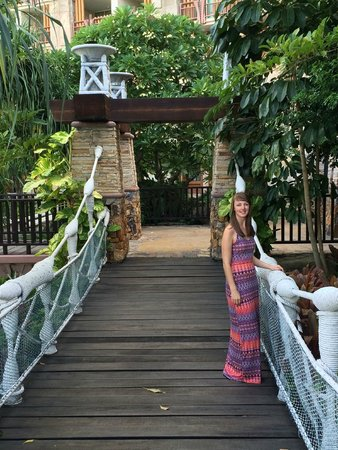 Centara Grand Mirage Beach Resort Pattaya: fun bridges to get to pool areas