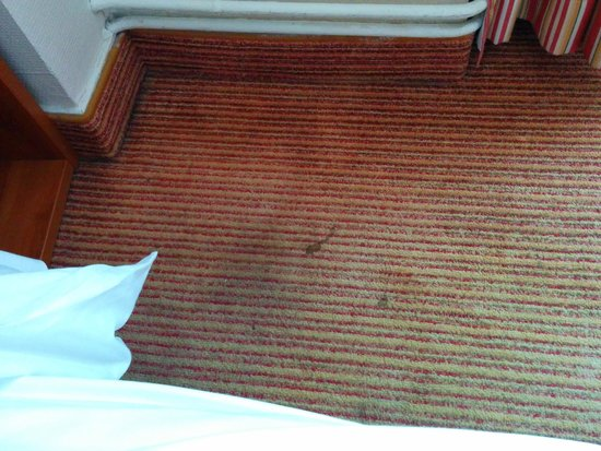 Timhotel Palais Royal Louvre: More stains near the bed
